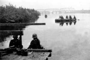 Солдати Вермахту у 1941 р. переправляються через Буг. Фото з Інтернету