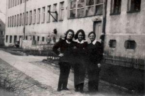 Три подруги (зліва направо): Оля Цьомкало, Марійка Мандрик та Тереза Врубель перед будинком ліцею. Фото з приватного архіву авторки статті